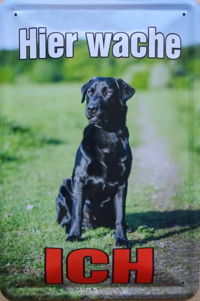 Blechschild Hier wache ich Labrador schwarz hochkant